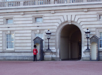 Vakt utanför Buckingham Palace i London